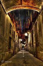 Calle nocturna del barrio gotico de Barcelona
