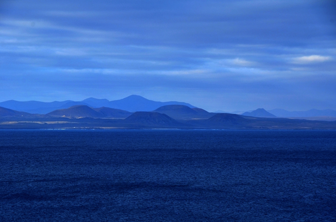cama eu bleu sur d cor des volcans de l 39 le de fuerteventura espagne photo et image europe. Black Bedroom Furniture Sets. Home Design Ideas