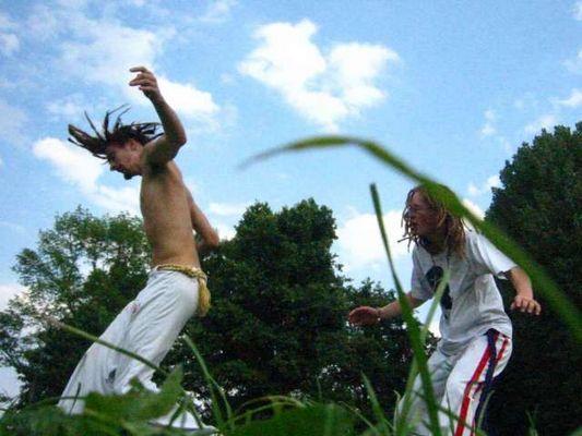 Capoeira: Spielen des Kampfes und kämpfen im Spiel...