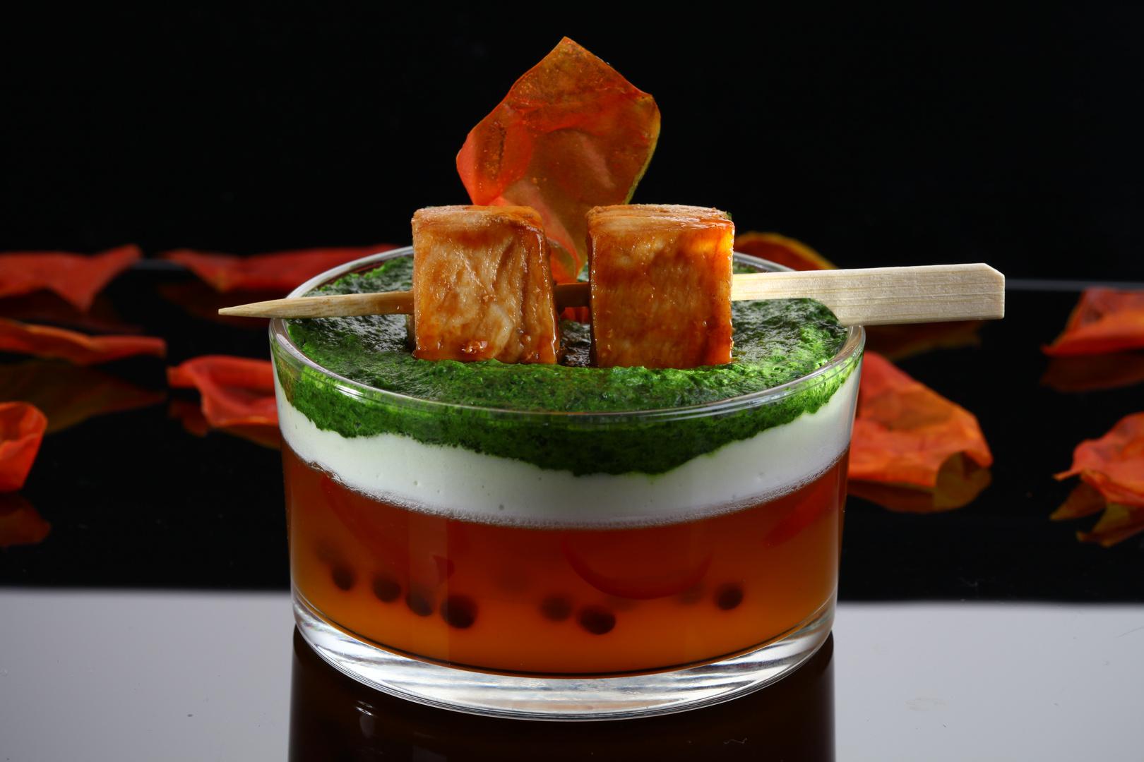 """""""Cappuccino"""" von der Strauchtomate, Thai-Basilikum Schaum und Spieß vom gelackten Schwertfisch"""