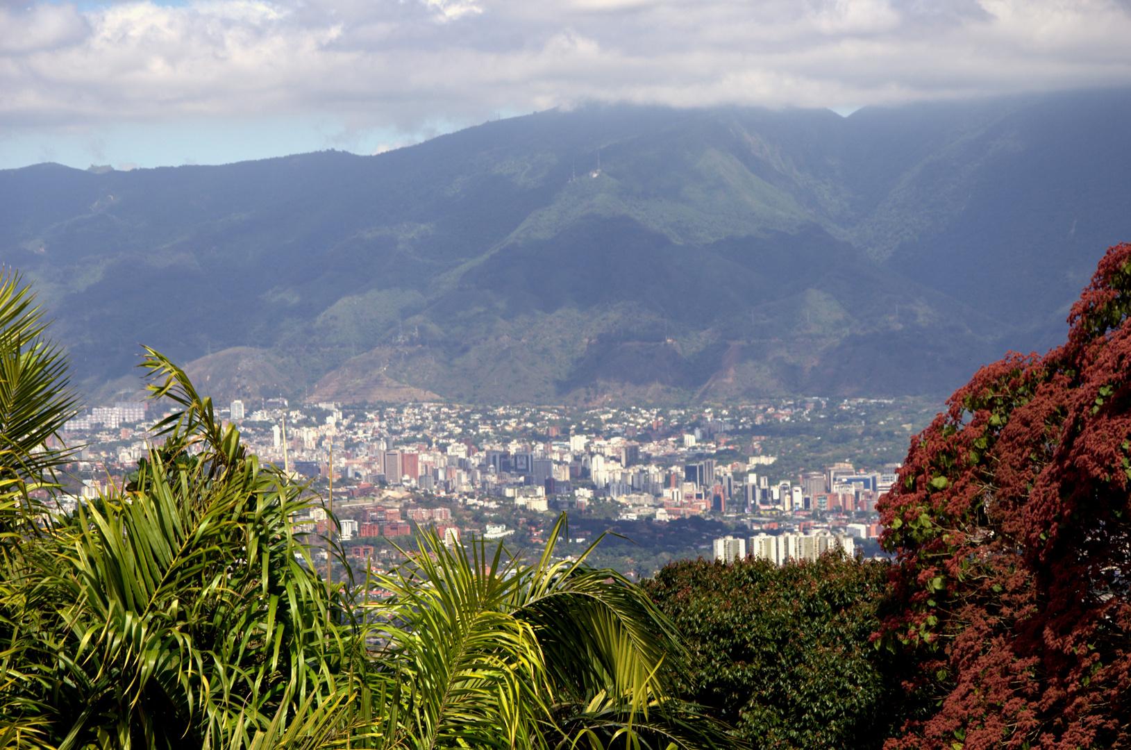 Caracas desde El Hatillo, al fondo el Parque Nacional El Avila, Venezuela