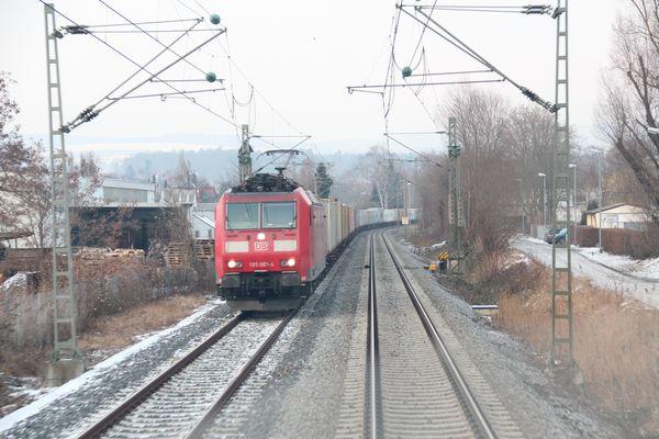 Cargozug fährt den Bodensee entlang