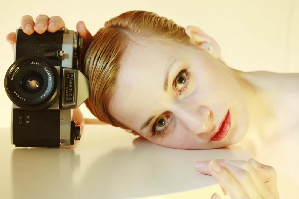 Carine et camera (Homage an Man Ray)