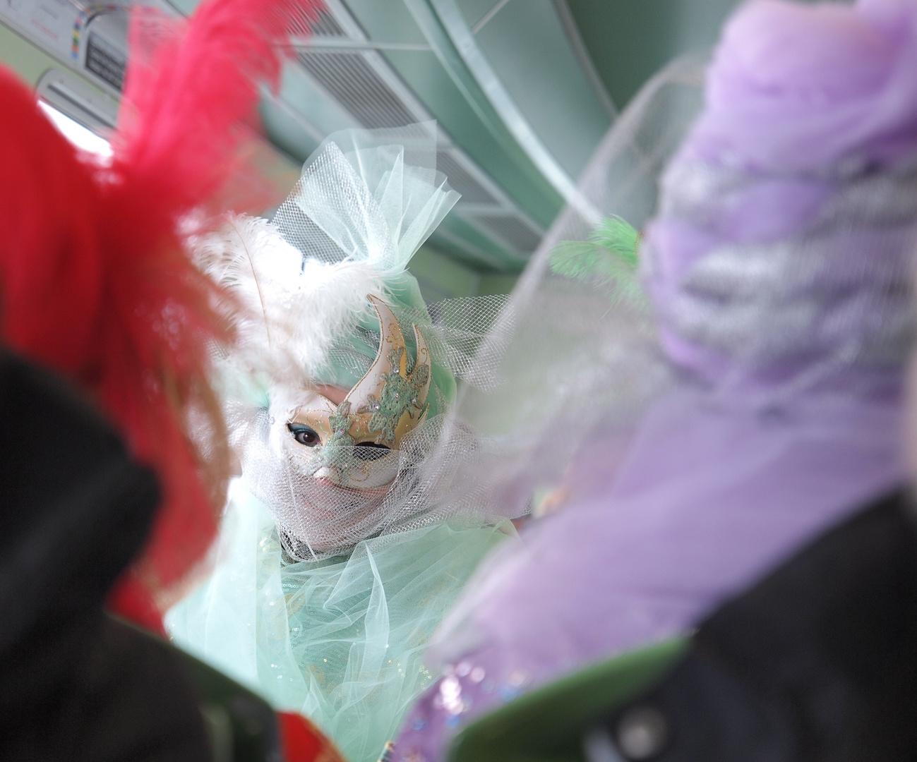 Carnevalistin auf der Fähre