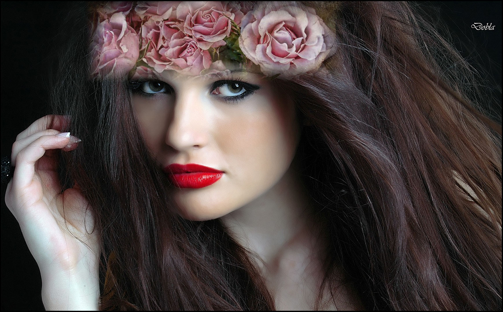 Carolina Rocci 02 con flores de Silvia Simonato