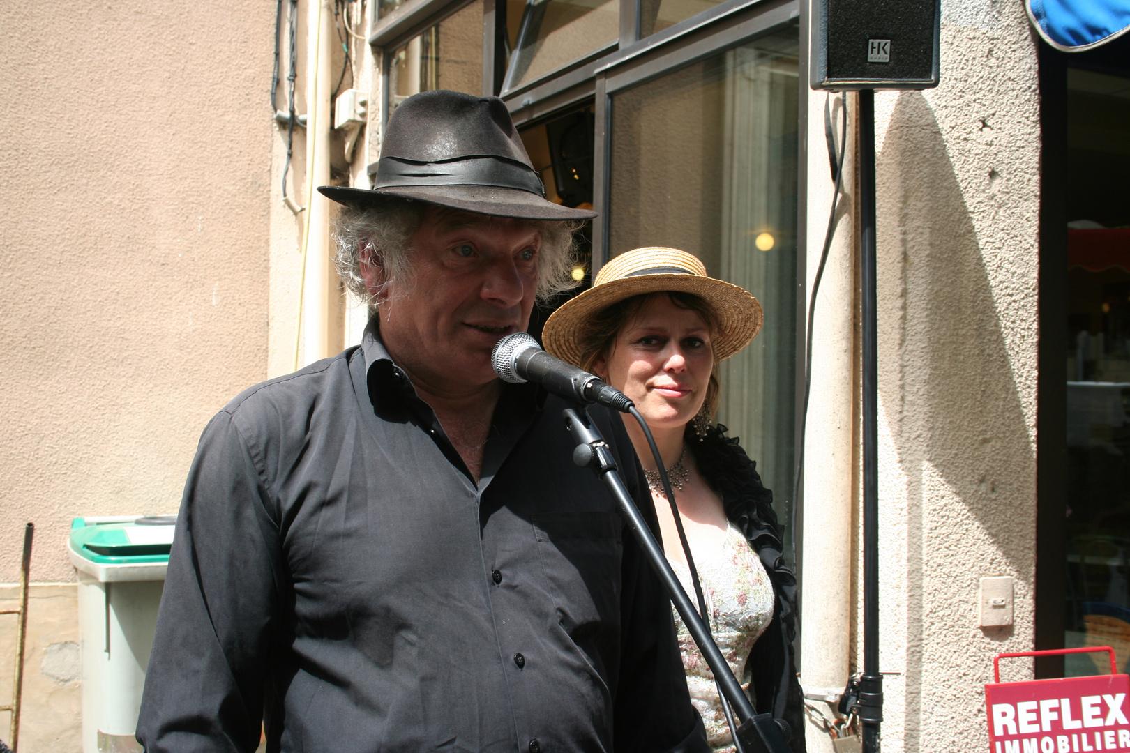 Carpentras 2-(Provence) Patrick & Muriel singen vor dem Café de France 05-2007