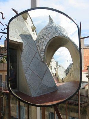 Casa Milá im Spiegel