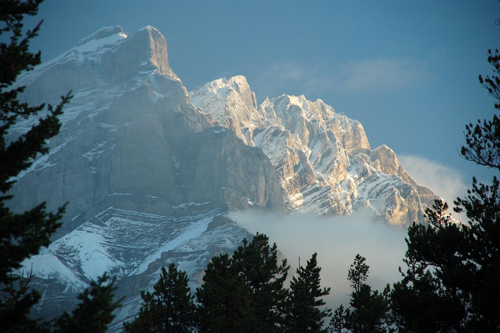 Cascade Mountain mit einem Hauch von Schnee