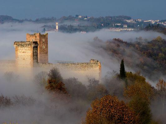 cascata di nebbia ...al castello di Romeo