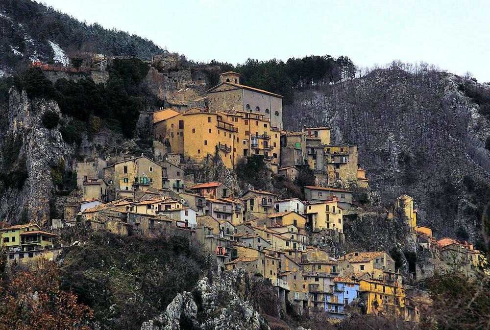 Case spalmate nella roccia