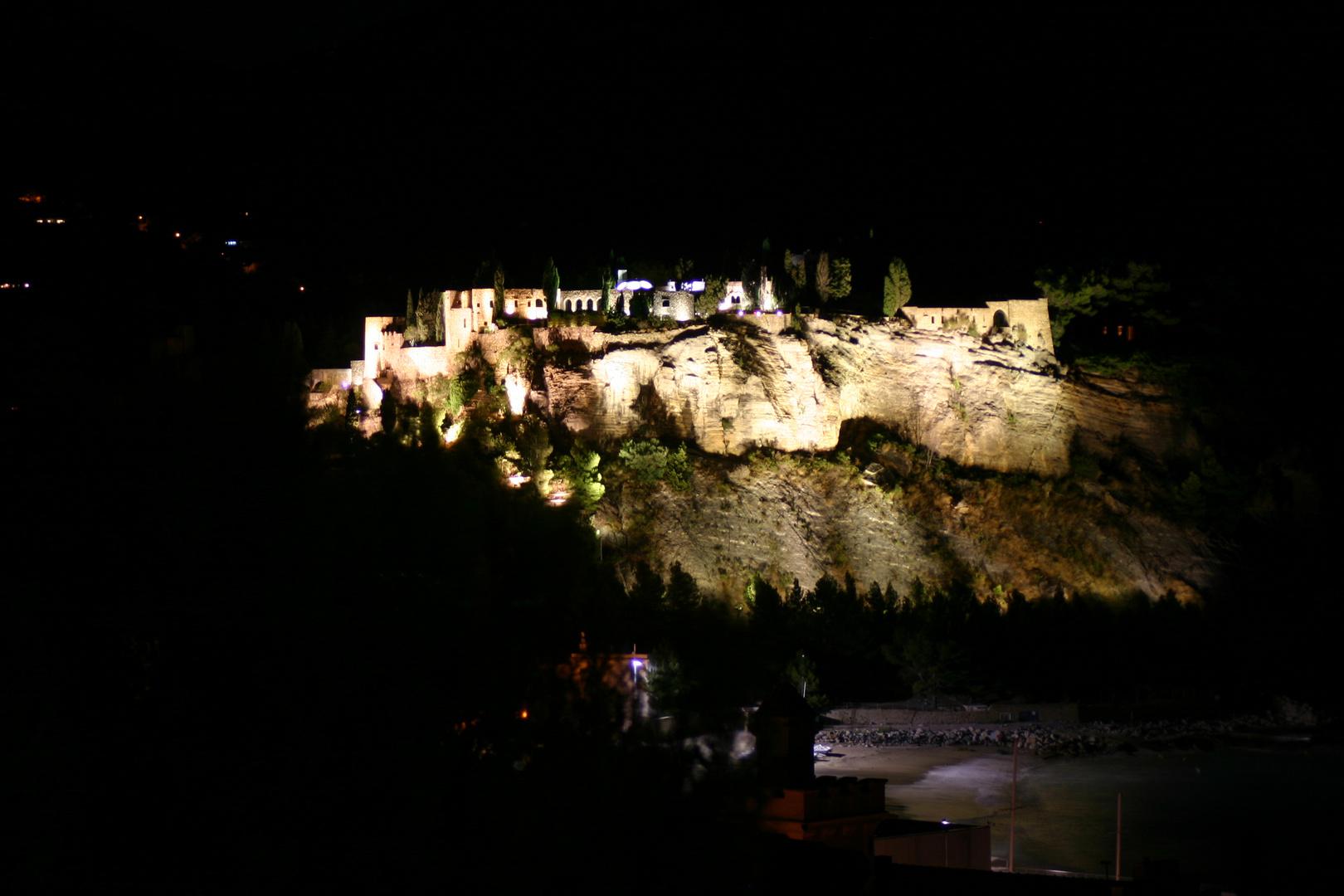 Cassis: Festung bei Nacht