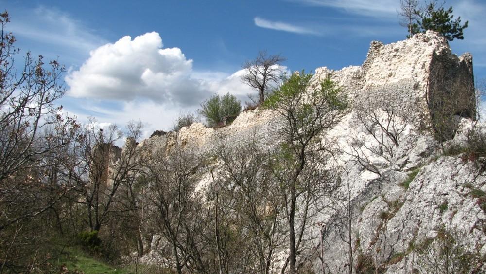 castello raso al suolo sulla collina di San Felice d'ocre dopo il terremoto