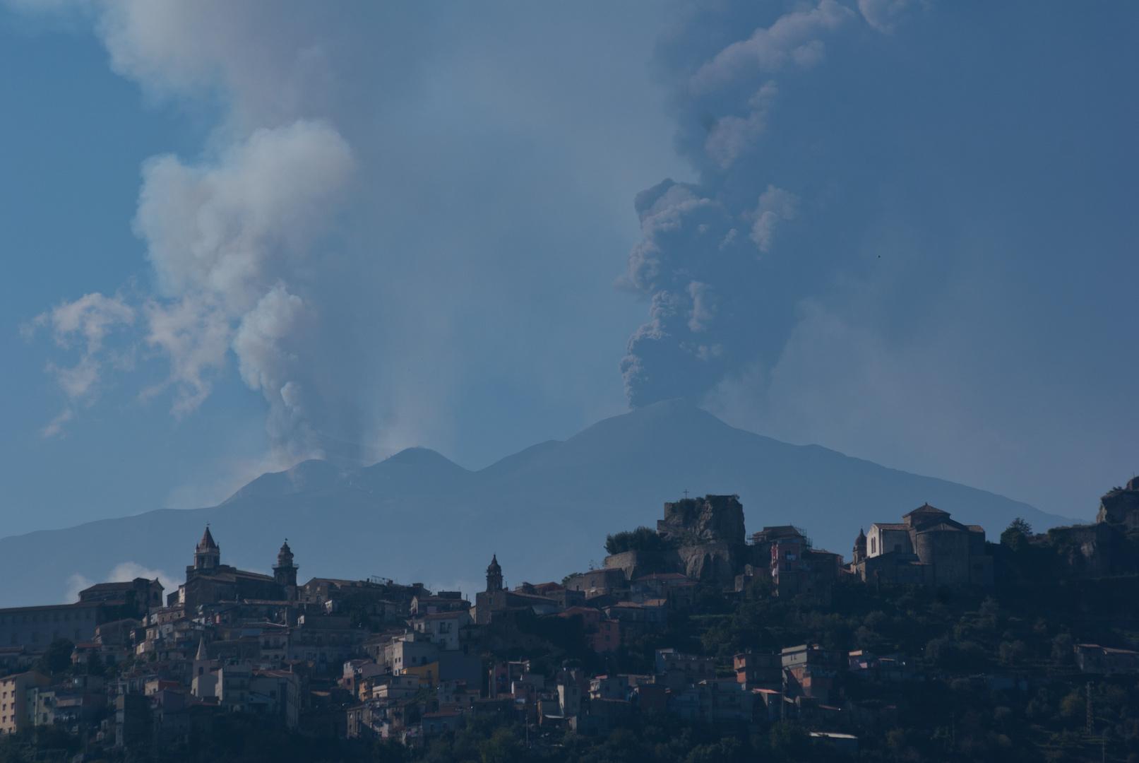 Castiglione Di Sicilia mit dem Ätna 26.10.2013 um 13:16