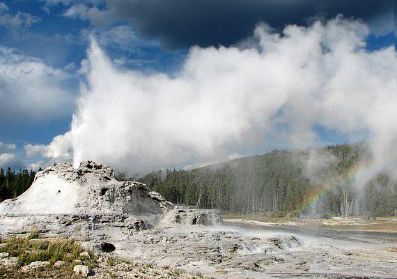 Castle Geysir als Wolkenmacher inkl. Regenbogen