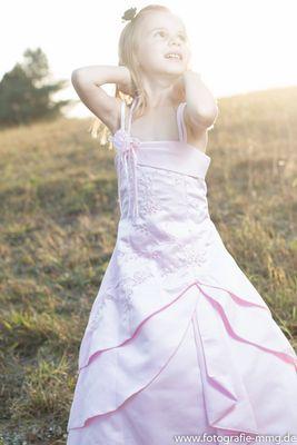 Celia im Kleid