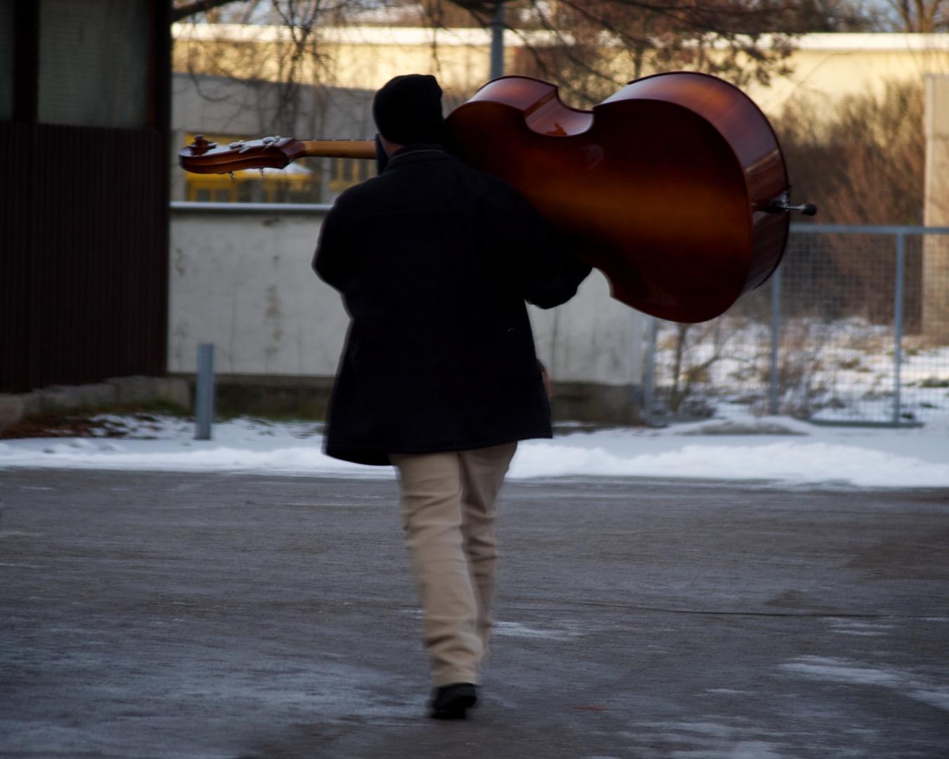 Cello auf Schulter