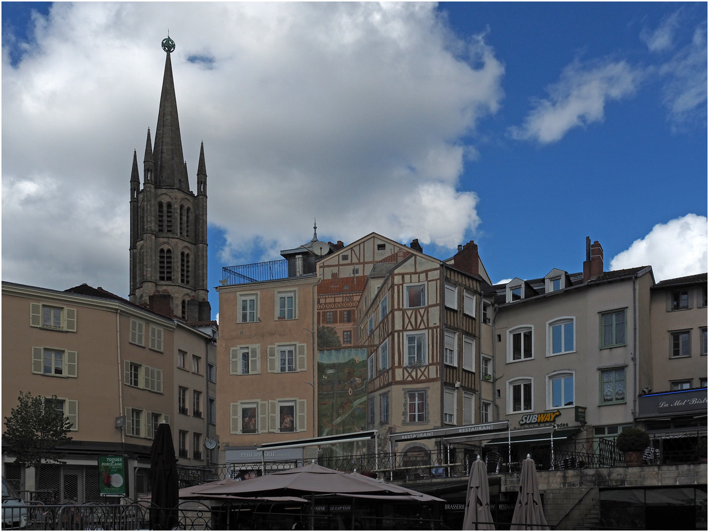 Centre-ville de Limoges avec le clocher de l'Eglise Saint-Pierre