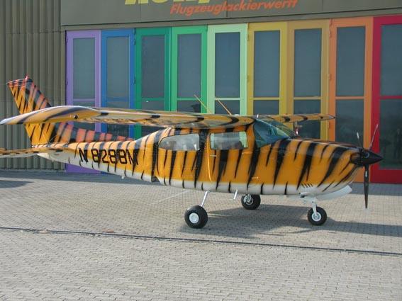 Cessna 210 im Swiss Tiger Design
