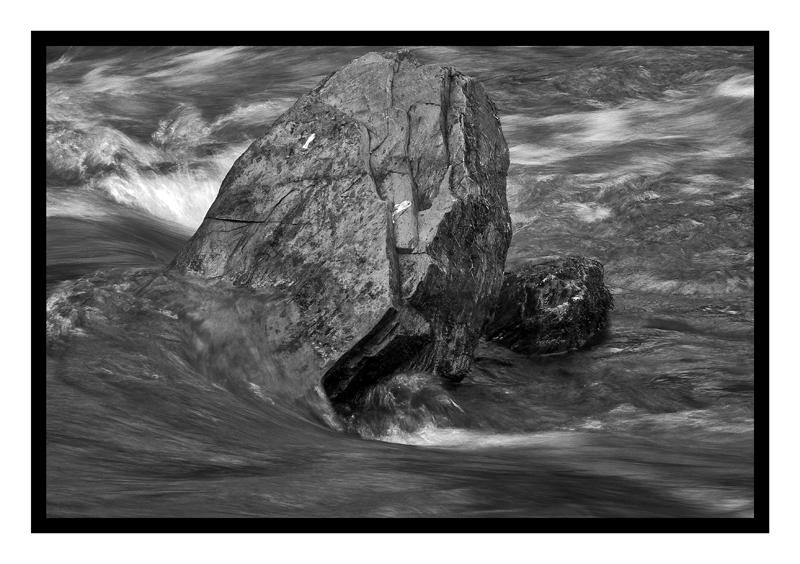 c'est l'histoire d'un rocher immobile et d'une rivière ondoyante
