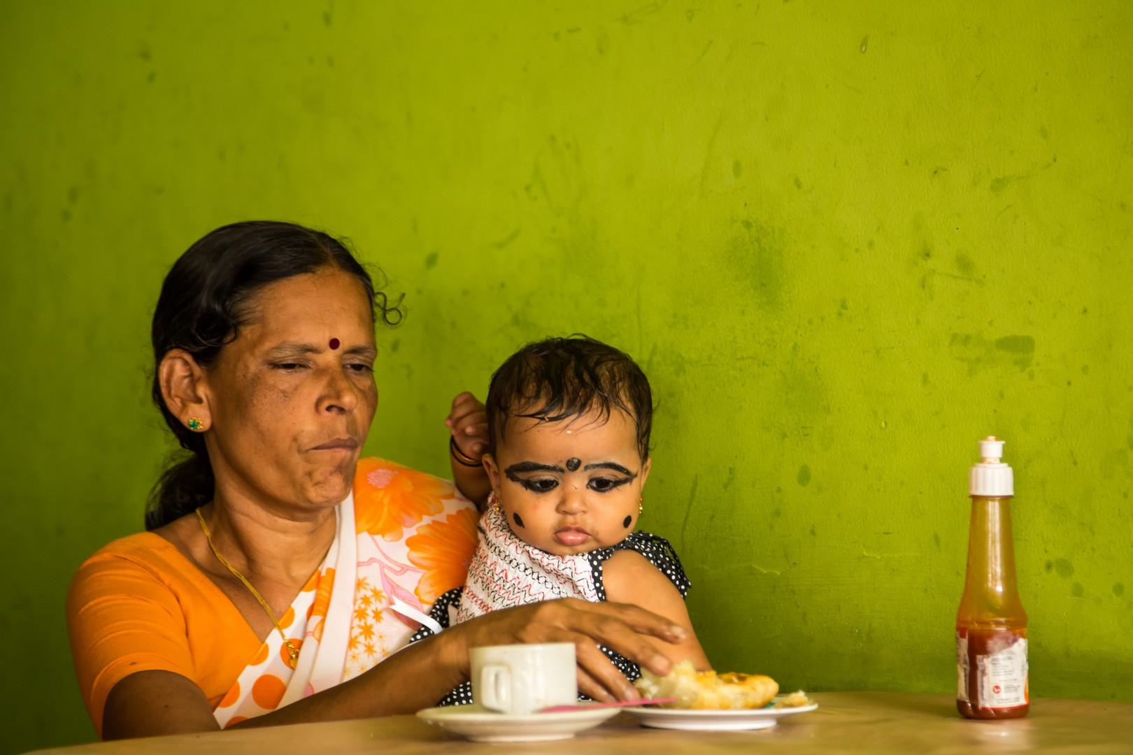 Cette grand-mère nous a expliqué que le maquillage des enfants les protège des maladies