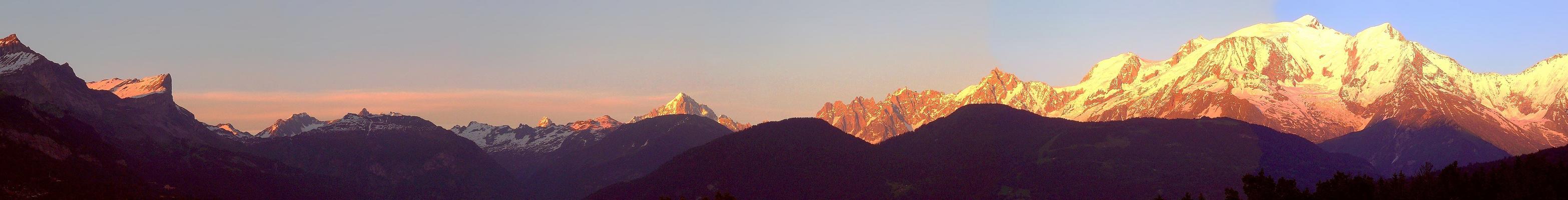 Chaine du Mont-Blanc au coucher du soleil