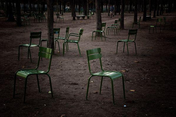 Chaises éparpillées - Jardin des Tuileries