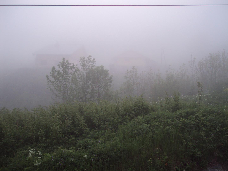 chalet dans la brume