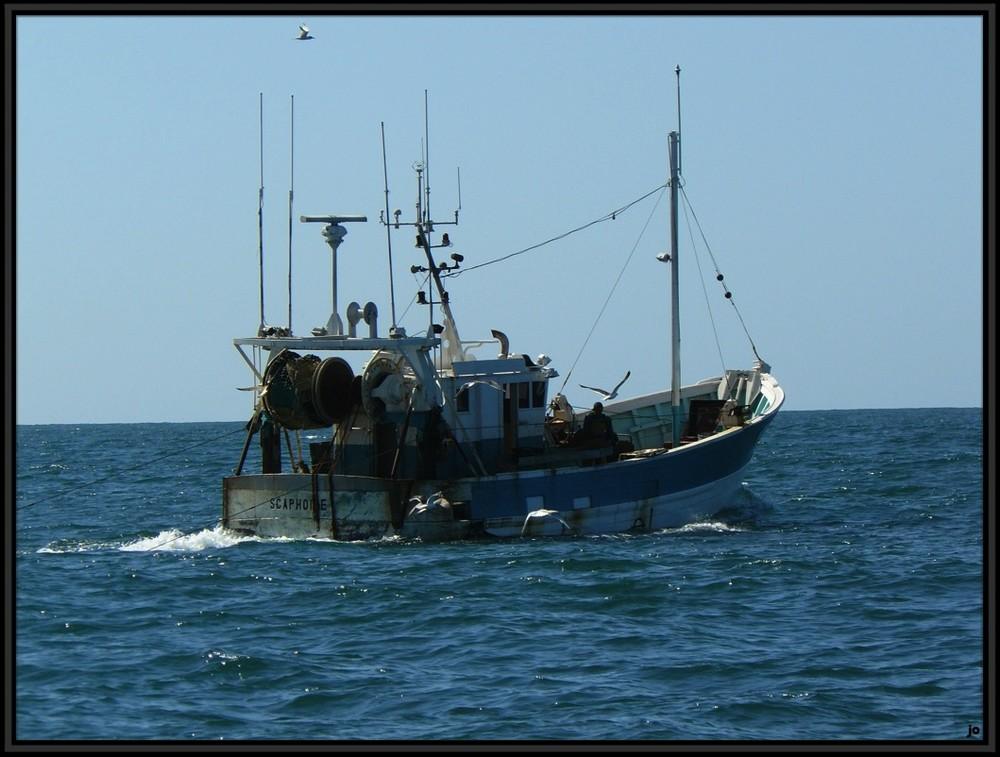 Chalutier en pêche.