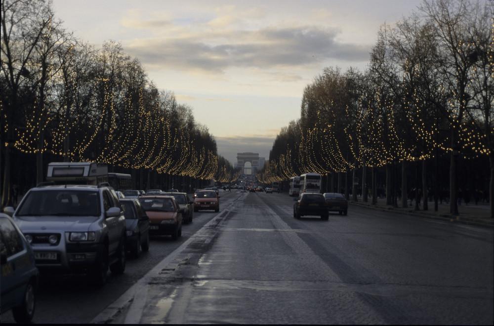 Champs Elysees in der Dämmerung