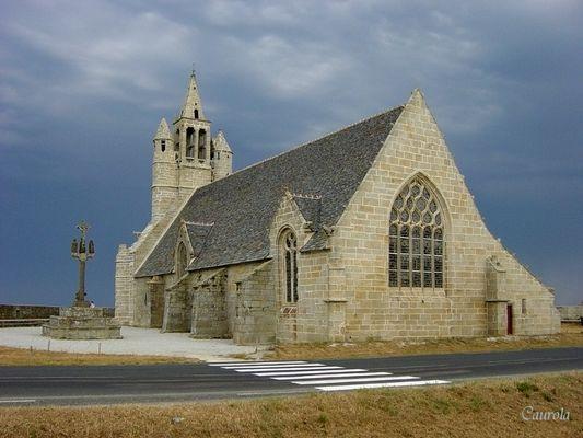 Chapelle en front de mer sous un ciel d'orage