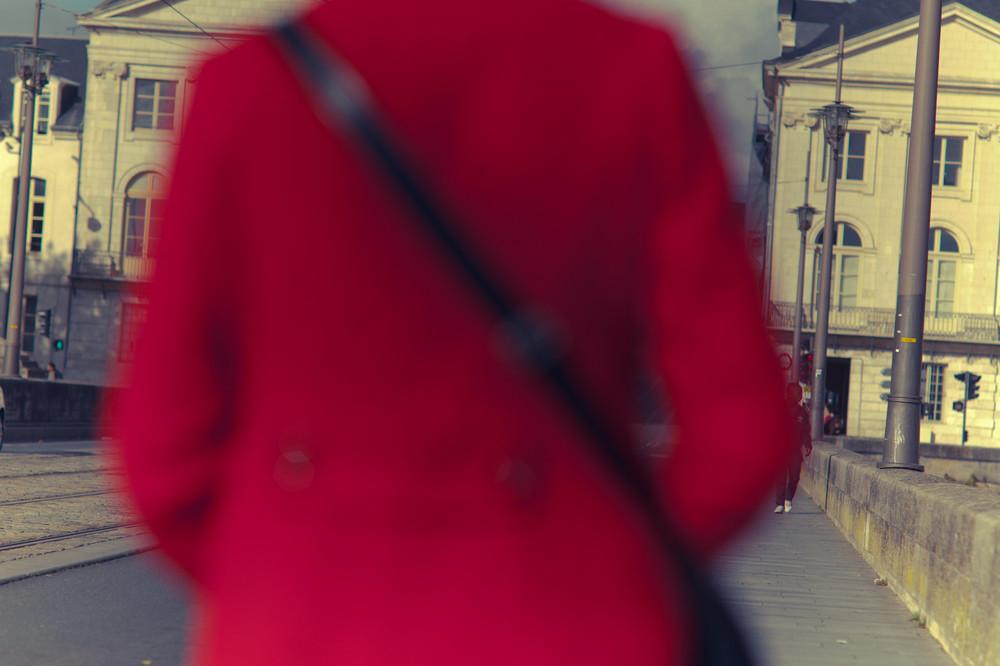 chaperon rouge se rendant à la gare