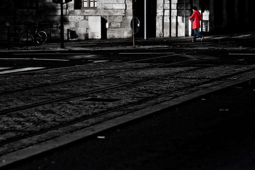 chaperon rouge se rendant à la gare (de plus loin)