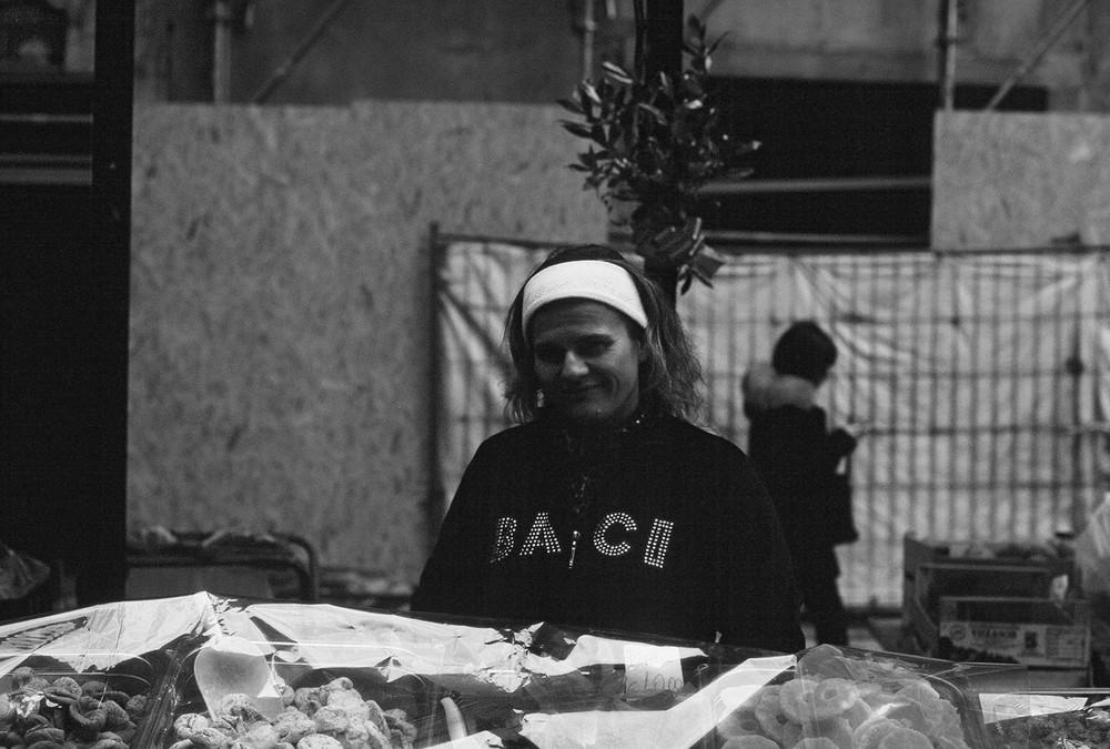 Charmante Marktfrau in Pisa