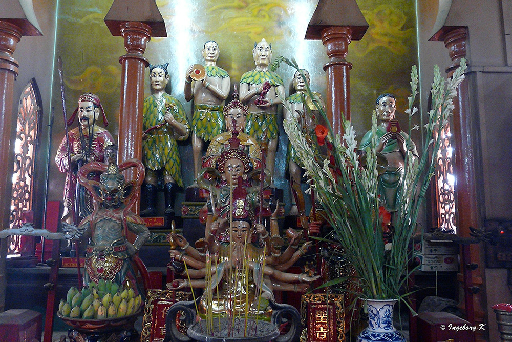 Chau Doc - Altar mit Druga, Geistern, Wächern, Weisen