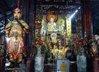 Chau Doc - Buddha-Altar mit Wächter