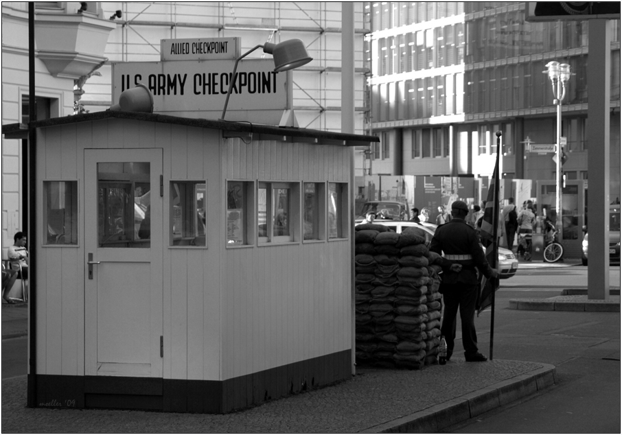 checkpoint charlie foto bild street world berlin bilder auf fotocommunity. Black Bedroom Furniture Sets. Home Design Ideas