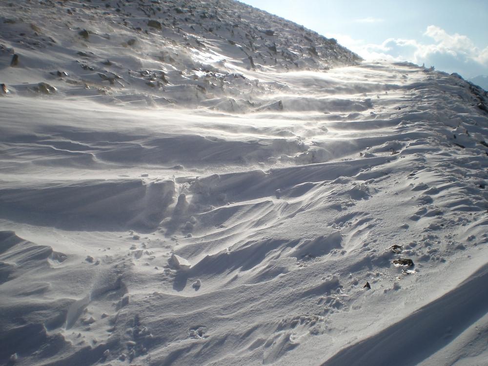 chemin de glace balayé par la tempete
