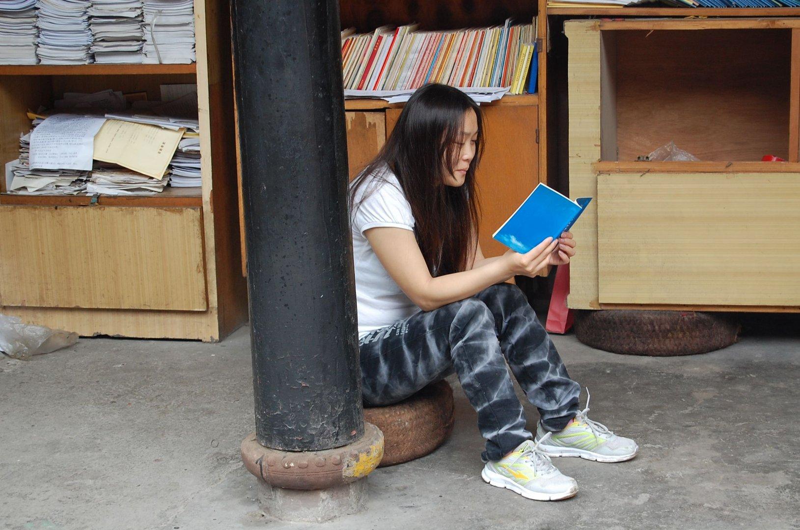 Chengdu 2013: Mädchen liest in buddhistischen Schriften