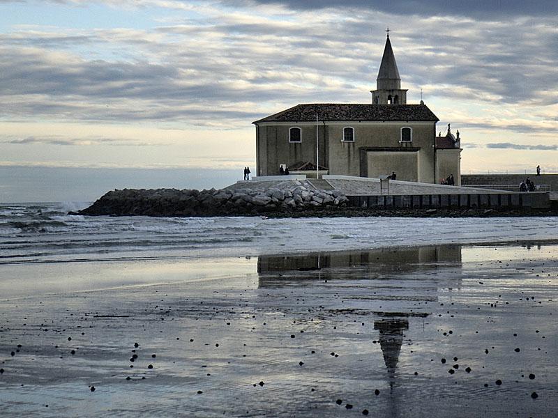 chiesa sul lungomare
