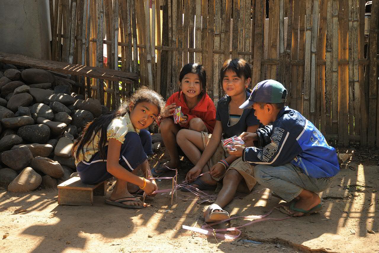 Children in the village Pak Ou