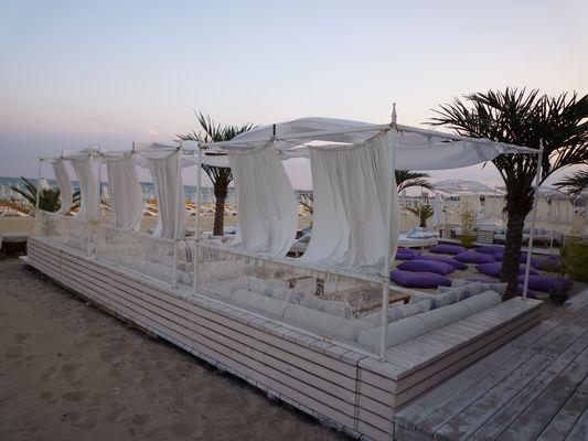 Chillen in einer Strandbar am Sonnenstrand