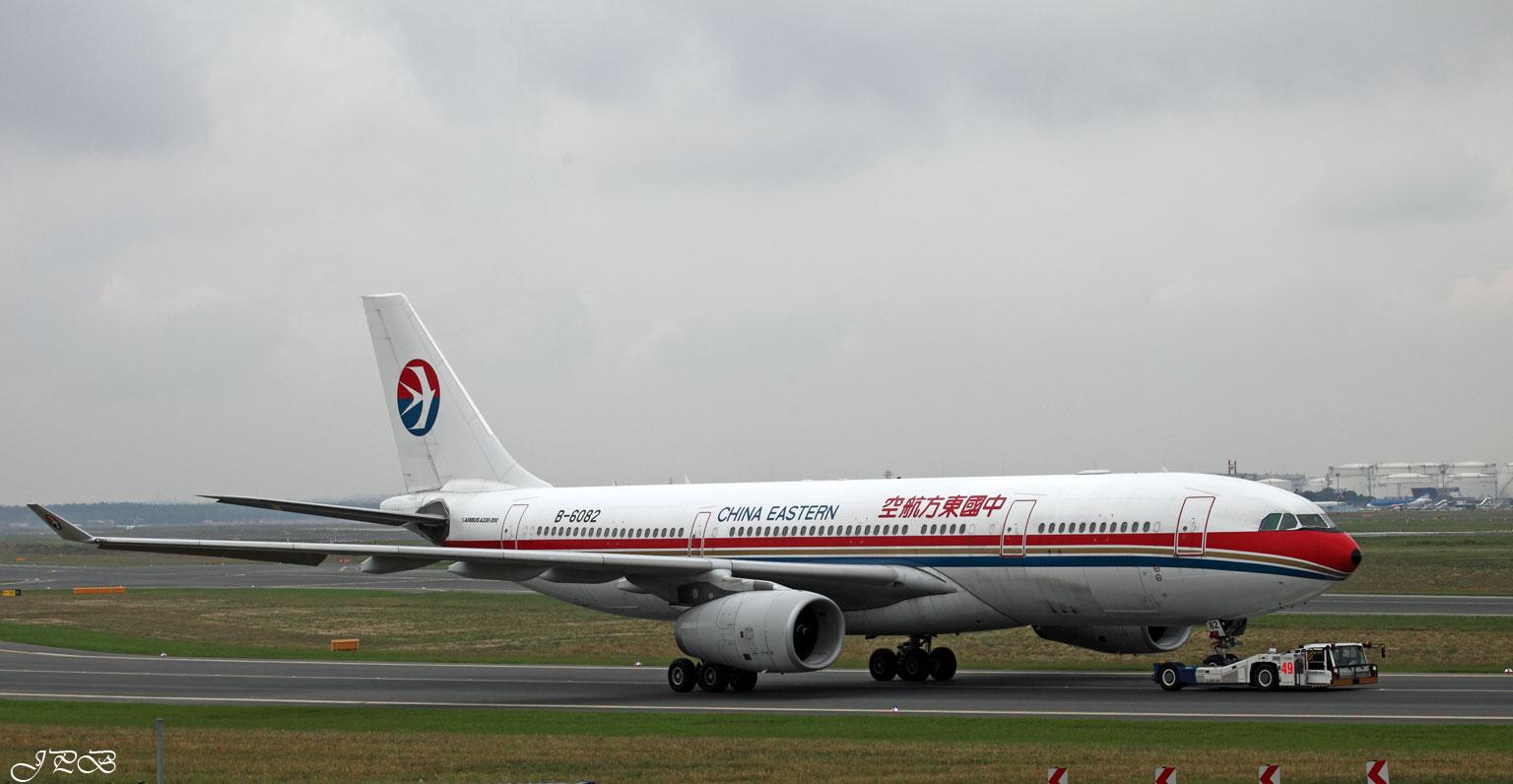"""China Eastern Airbus A330-200 """"B-6082"""" am Haken ;-)"""