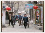 China XV: Blick von einer Hauptstraße in Peking durch ein Tor in eine Seitentraße