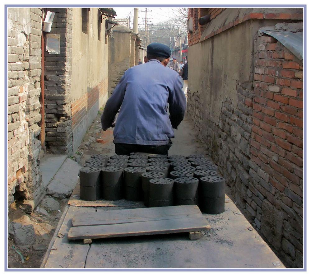 """China XXV: Chinesischer """"Kohlenmann"""" in der Altstadt von Peking"""
