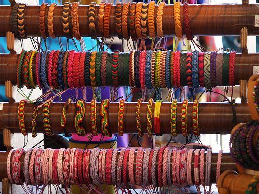Choix de bracelets fantaisie au marché central de Nouméa
