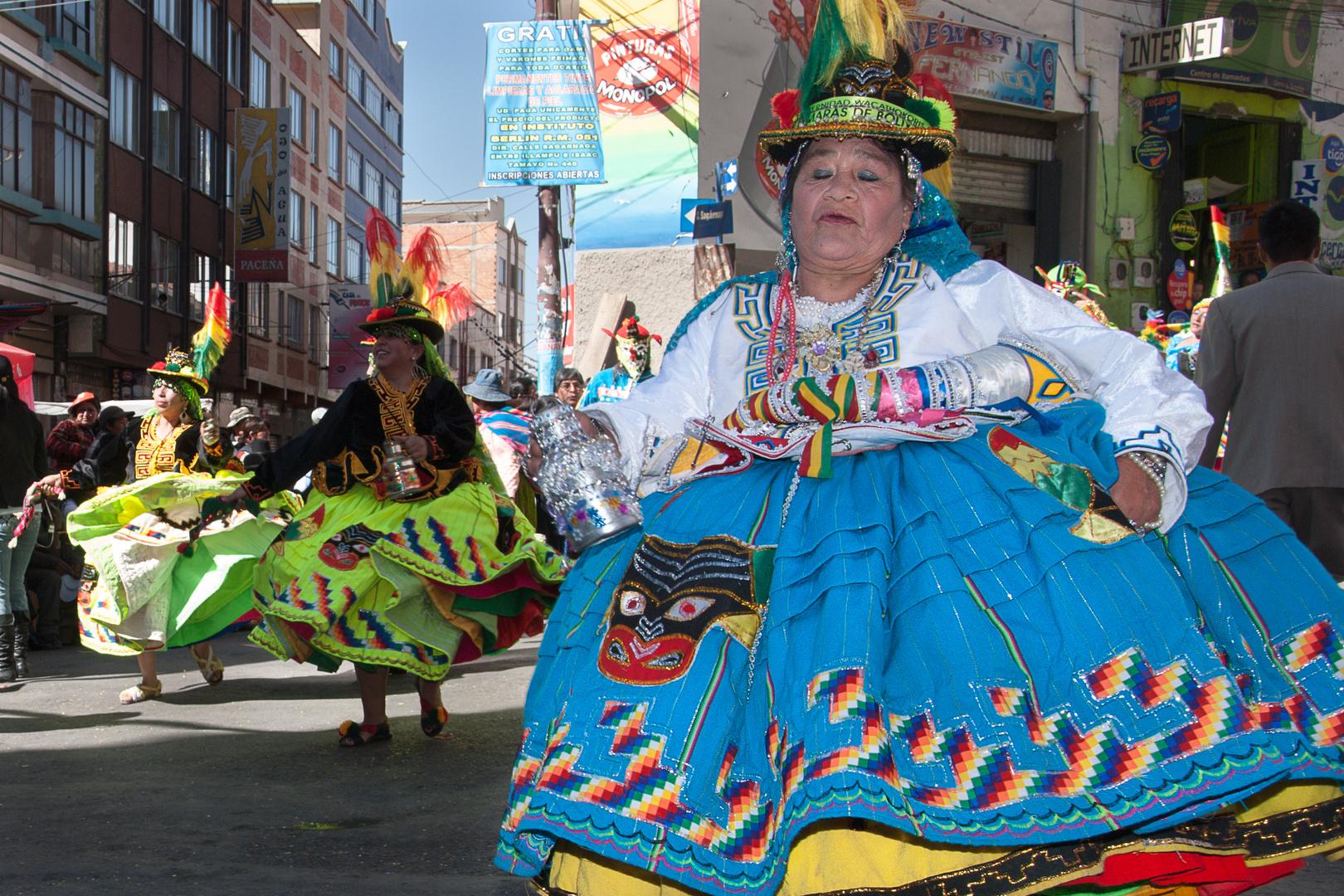 Cholita bailando, Gran Poder, La Paz, Bolivia