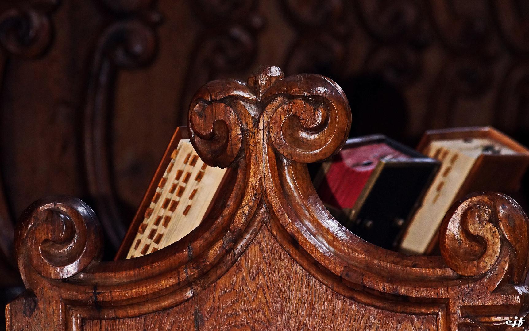 Chorgestühl; Detail mit alten Schriften