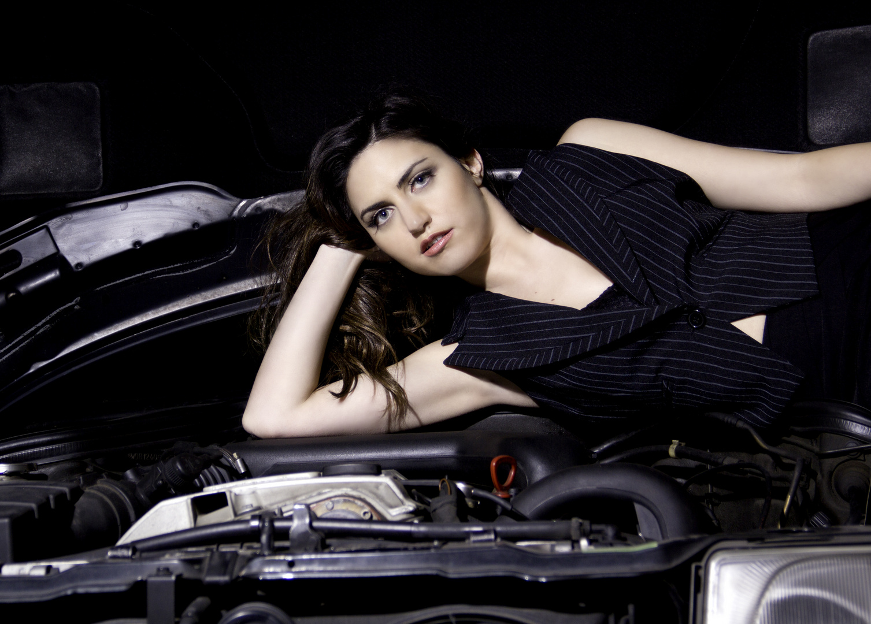 Christina in Motorhaube