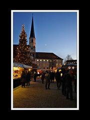 Christkindlmarkt mit Stiftskirche