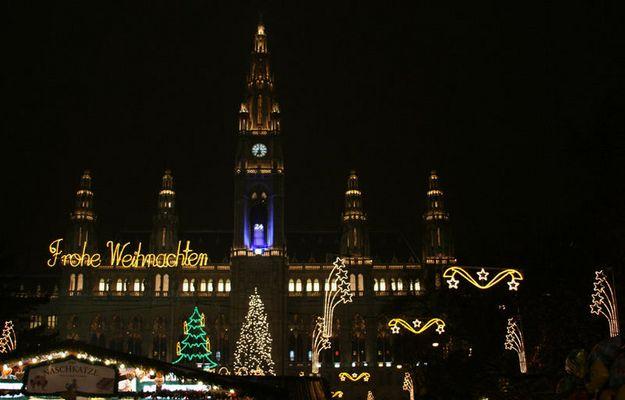 Christkindlmarkt vorm Wiener Rathaus bei Nacht